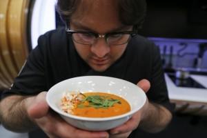 lo-chef-tim-anderson-con-un-piatto-cucinato-dalla-robotic-kitchen-di-moley-robotics
